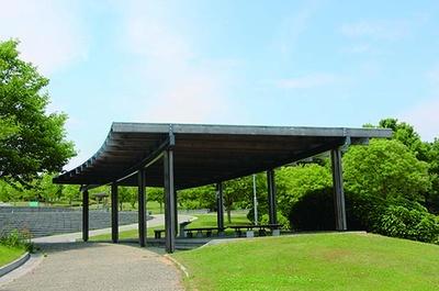 「水の遊び場」の周辺には、座りながら子供の様子を見守れる屋根付きベンチや芝生が/兵庫県立淡路島公園