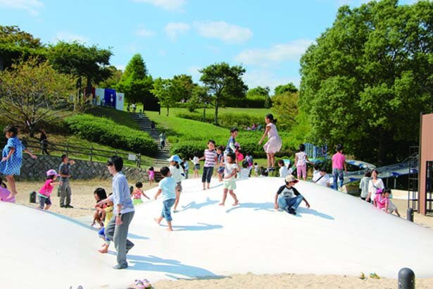 【写真を見る】「木の遊び場」にあるふわふわドームや回転遊具で大はしゃぎ/兵庫県立淡路島公園