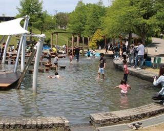 サービスエリアからも入園OK!全長66mの急流スライダーや子供と水遊びが楽しめる「兵庫県立淡路島公園」