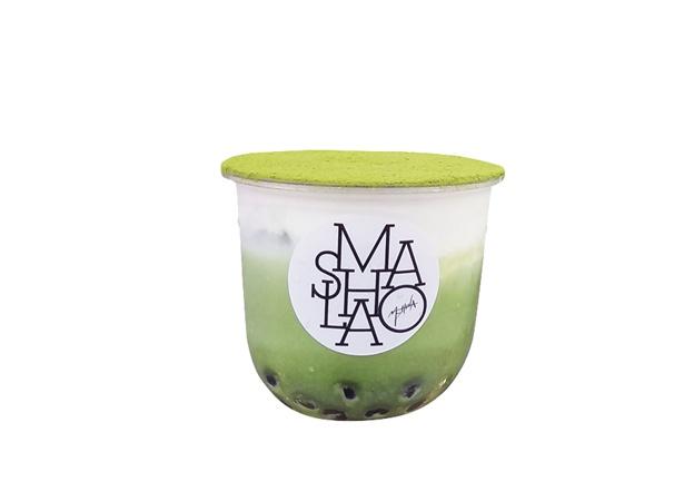 自家製の濃厚なティラミスクリームが人気の抹茶ティラミスラテ・タピオカトッピング(870円)/MASHOLA