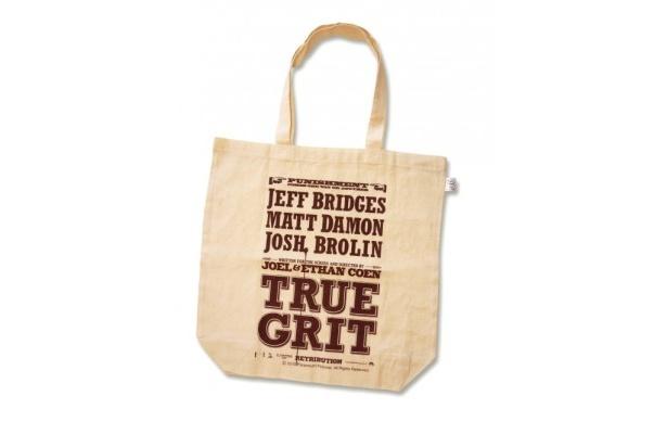 『トゥルー・グリット』の特製トートバッグ付き前売り券は12月25日(土)より販売開始だ