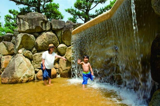 「滝と岩組ゾーン」は、大自然の中で水遊びをしている気分になれる/兵庫県立西猪名公園ウォーターランド