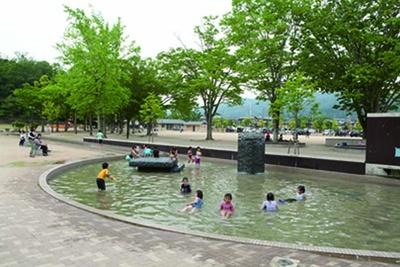 円形プール状になっている噴水の周りは水深0.2m/宝が池子どもの楽園