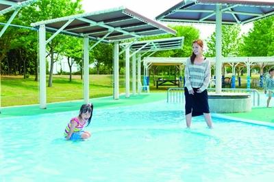 水深0.1~0.3mの「じゃぶじゃぶ池」/淡路島国営明石海峡公園