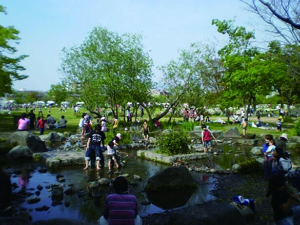 水深は浅いが、滑らないようサンダルなどを持参するのがおすすめ/梅小路公園