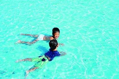 水深0~0.4mと浅いので、幅広い年齢の子供が水遊びを楽しめる/神戸総合運動公園
