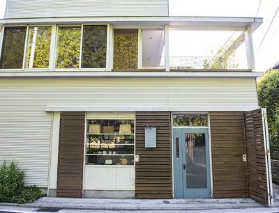 住居の一部が店舗になっている「tenowa」。ブルーの扉の奥とガラス越しにディスプレイされた器が目印