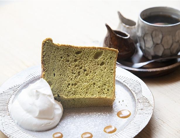 「シフォンケーキ 抹茶」(500円)。セットのドリンク(コーヒー、紅茶、ウーロン茶)は+100円で
