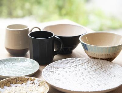 天野さんの作品は一部カフェでも展示・販売中(1,200円〜)。左の小皿は1枚1,500円。オーダーも相談してみて