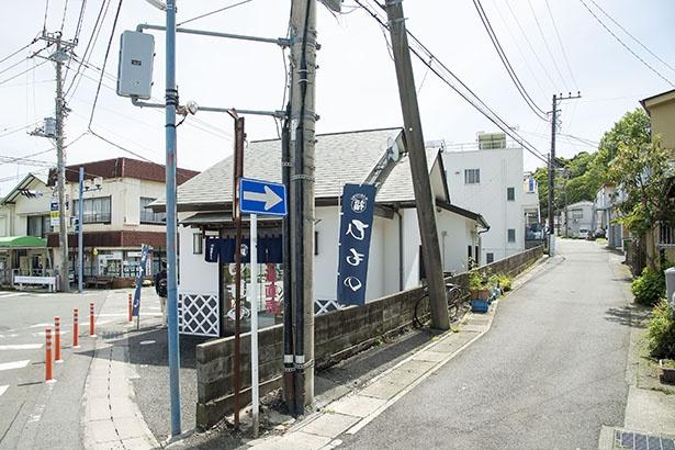 真鶴駅から地下道を渡ったところからスタート。県道739号線の一つ右側の裏路地を入る