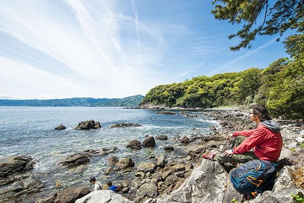 【写真を見る】三ツ石海岸にある潮騒遊歩道