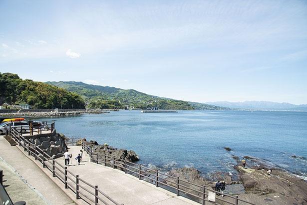 海岸沿いを歩くと見えてくる琴ヶ浜。週末には磯遊びや釣りも楽しむ人がたくさん