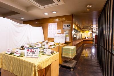 入り口には日替わりや定番メニューのサンプルがずらりと展示されている / 新天町倶楽部