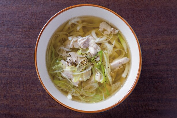うどんだしで煮込んだ鶏もも肉が味わい深い鳥南うどん(税込540円) / 博多ごろうどん