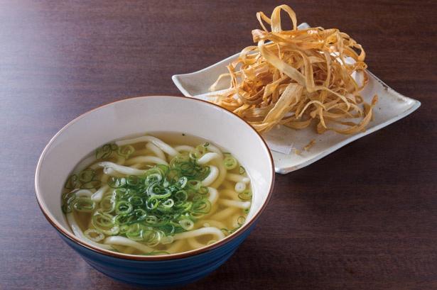 サクサク食感のごぼうのフリットがもちもちした麺とよく合う助六うどん(税込590円) / 博多ごろうどん