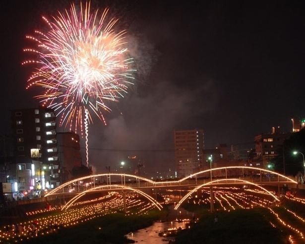 2万3000本の万灯と約2000発の花火が闇を金色に照らす / 諫早万灯川まつり