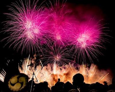 間近で観る花火は迫力満点 / まつりのべおか花火大会