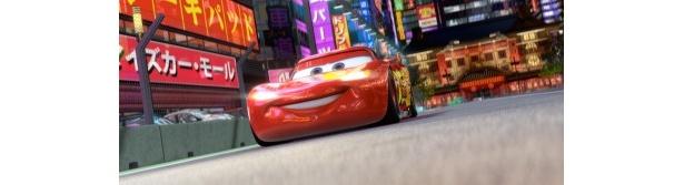 『カーズ』の主人公、天才レーサーのマックイーンが日本の道路を爆走!