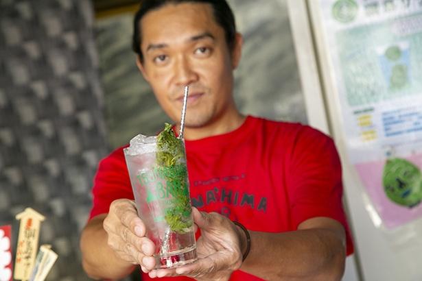 【写真を見る】「綱島サワー」は、大葉のピクルス、焼酎45ml、ソ ーダ水を使用