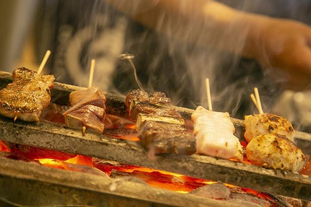 「くしやき処 月忠 綱島店」は、オープンカウンターで串を焼いている姿が見られる