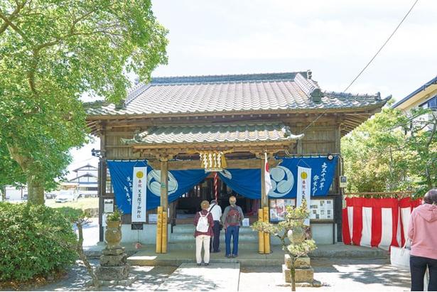 【写真を見る】応神天皇を祀る拝殿。境内に社務所も新設 / 坂本八幡宮