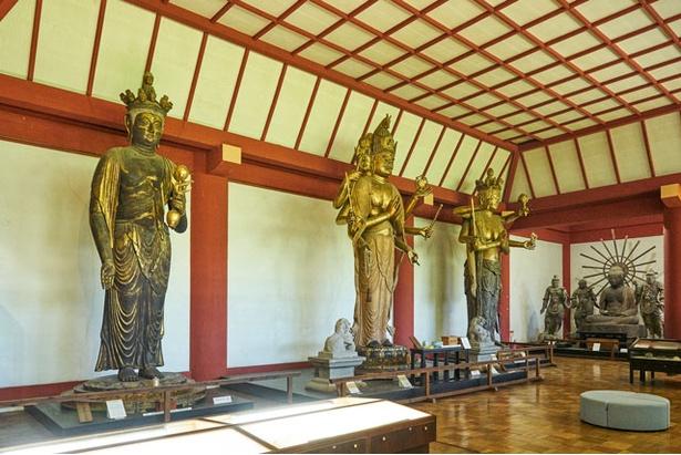 宝蔵に収容される木彫りの仏像は、なんと5m超! / 観世音寺