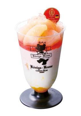 【写真を見る】甘味と酸味がさわやかにマッチ!「ケーニヒス クローネ」の「桃とヨーグルトのムースパフェ」(648円)