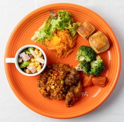 ザ・ルイガンズ. スパ&リゾート ザ ラウンジ オン ザ ウォーター / ひと口サイズのスコーンやご飯ものは小さな子供でも食べやすい。子供用食器もカラフルでオシャレ※写真はイメージ