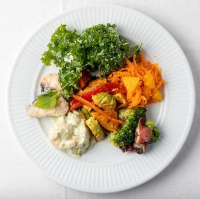 ザ・ルイガンズ. スパ&リゾート ザ ラウンジ オン ザ ウォーター / 料理内容はテーマごとに替わるが、食材は自社ファームの野菜など地元産をふんだんに使用※写真はイメージ