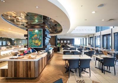 ANA クラウンプラザホテル福岡 オールデイダイニング クラウンカフェ / 席間が広くベビーカーも入店しやすい。最大40人入る簡易個室も用意