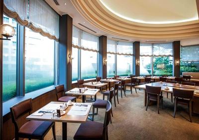 ホテルオークラ福岡 オールデイダイニング カメリア / ボックスシートのほかテーブル席やソファ席も