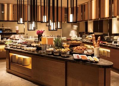 ホテルオークラ福岡 オールデイダイニング カメリア / ライブキッチンではシェフのダイナミックな姿を見られる