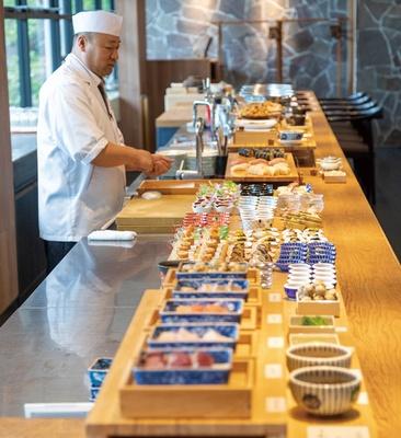 アゴーラ福岡 山の上ホテル&スパ 日本料理 暦 / オープンキッチンでは板前が作るできたてを出す