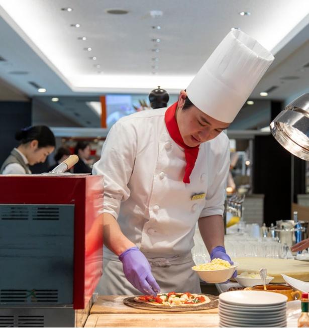 ホテル日航福岡 カフェレストラン セリーナ / パスタやピザ、リゾットなどをできたての味で楽しめるパフォーマンスコーナーは大人気
