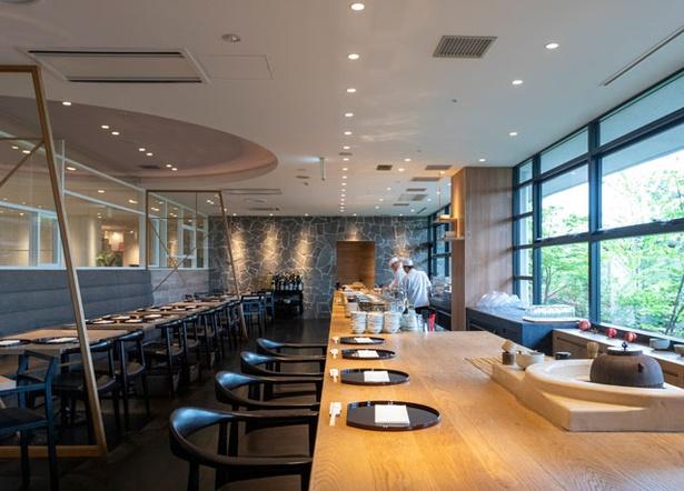 アゴーラ福岡 山の上ホテル&スパ 日本料理 暦 / スタイリッシュで和モダンな空間。窓の外には庭園が広がる