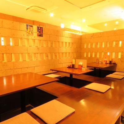 小上がりのお座敷は10〜12人での利用も可。ランチ予約不可 / 沖縄料理 あだん KITTE博多店