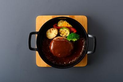 特製ハンバーグステーキデミソース煮込み(993円) / ベジスタイルダイニング在。 博多駅筑紫口店