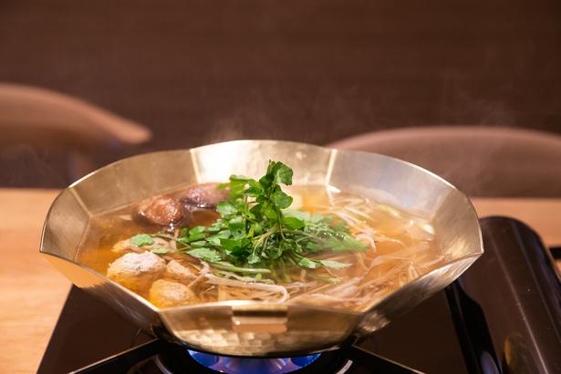 八角形の特注鍋に自家製のつみれやクレソン、ごぼうなどの野菜が入る「うお炊き」