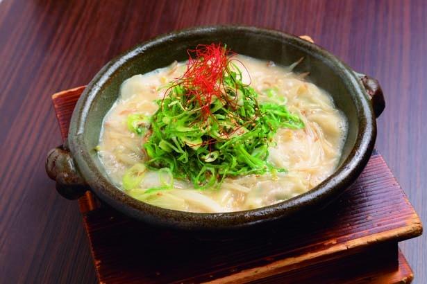 白炊き餃子(並6個・950円)。グツグツと煮立った土鍋で提供される名物メニュー/炊き餃子 川添