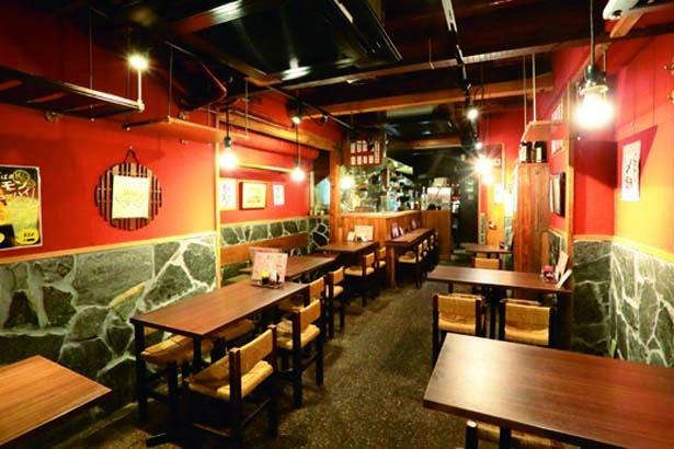 昭和レトロな雰囲気の店内。カウンターが4席あり、一人飲みにも使える/炊き餃子 川添