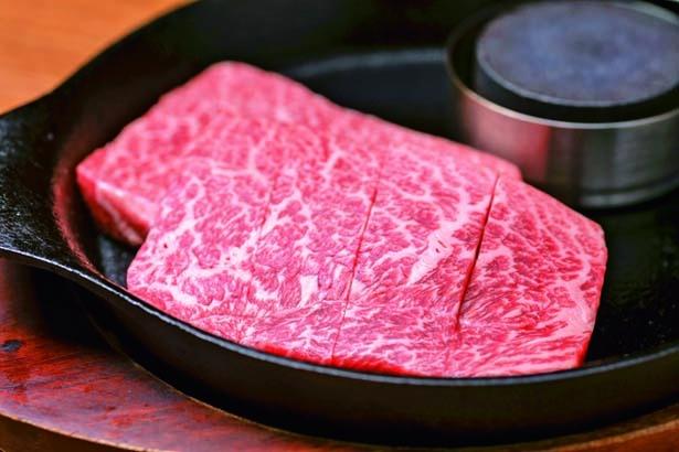 極味や特選ステーキ(2149円)。サシたっぷりの九州産黒毛和牛を贅沢に160g/ハンバーグステーキ 極味や なんば店