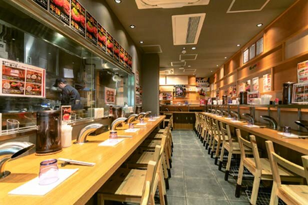 テーブルには1席ずつ換気ダクトを設置。においを気にせず食事ができる/ハンバーグステーキ 極味や なんば店