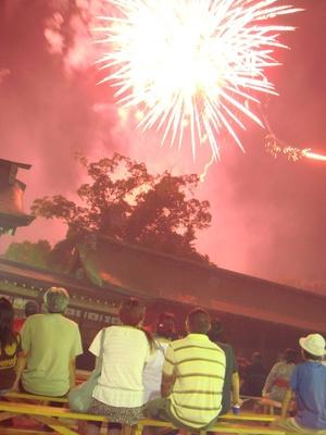 【写真を見る】佐賀城下花火大会 / 佐賀城北濠周辺で打ち上がる花火が佐賀の夜空を彩る