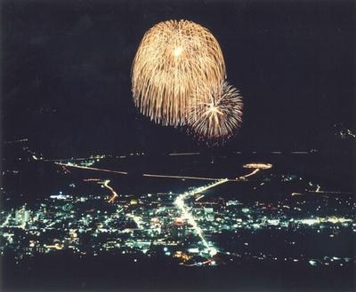 第42回嬉野温泉夏まつり花火大会 / カウントダウンに合わせて2尺玉2発が打ち上げられる