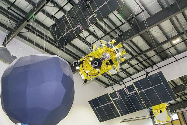 小惑星探査機「はやぶさ2」の実寸台模型と「小惑星リュウグウ」の形状推定モデル