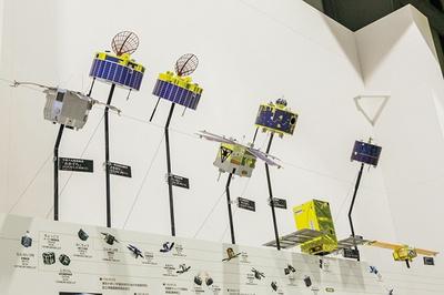 日本や海外の宇宙開発の年表をはじめ人工衛星の模型などが並ぶ