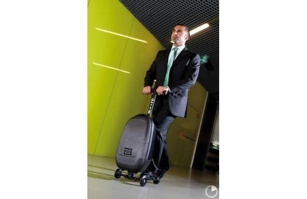 """fd23d1fee6 キックボードと合体!""""乗れるスーツケース""""にヒットの兆し【 1 / 8 ..."""