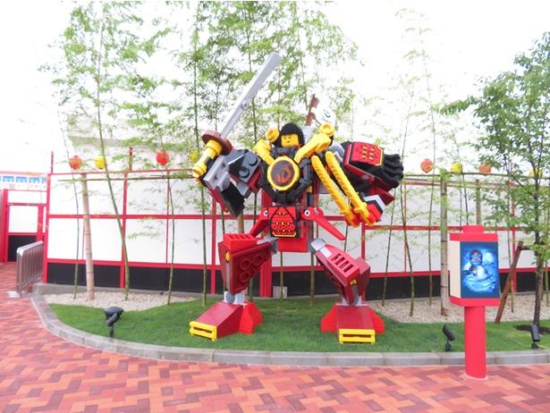 エリア内最大!高さ約4mの「サムライ・ロボ」のレゴ(R)モデルが迎えてくれる