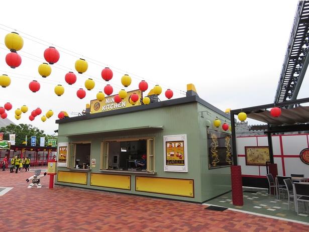イートコーナーもあるフードスタンド「ニンジャ・キッチン」。「カイのファイヤーパワーチャーハン(エビマヨ/BBQビーフ)」(750円)などが味わえる