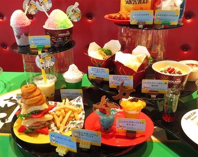 「スピンタワーバーガーセット」(2000円)や、「手裏剣パンケーキ」(450円)など、手裏剣をモチーフにした料理やスイーツがいっぱい。